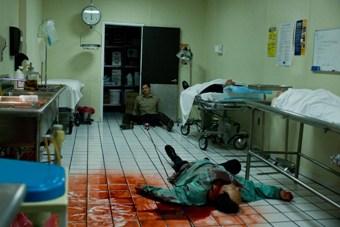 Sheriff David Dutton (Timothy Olyphant) macht Leichen im Leichenschauhaus (Foto: Kinowelt)