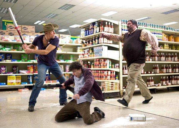 Tallahassee (Woody Harrelson) hat eine Überraschung für den dicken Zombie (Foto: Sony Pictures)