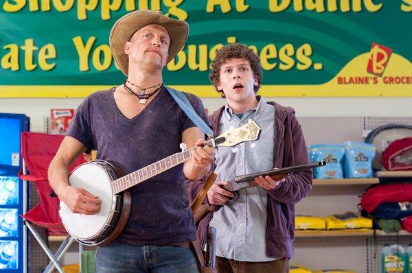 Tallahassee und Columbus bringen den Untoten ein Ständchen (Foto: Sony Pictures)
