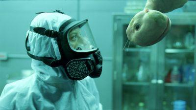 Die erste Begegnung mit dem neuen Leben im Labor (Foto: Senator / Central Films)