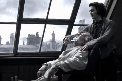 Endlich hat Sweeney den korrupten Richter Turpin (Alan Rickman) auf dem heißen Stuhl (Foto: Warner Home Video)