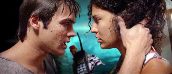 Jake (Steven R. McQueen) und Kelly (Jessica Szohr) müssen alle Kräfte sammeln, um sich der Bedrohung zu stellen (Foto: Kinowelt)