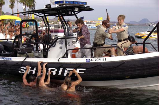 Sheriff Forester (Elisabeth Shue) und ihre Helfer versuchen verzweifelt, die Raubfische zu vertreiben (Foto: Kinowelt)