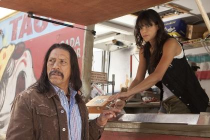 Machete (Danny Trejo) und Luz (Michelle Rodriguez) essen einen Happen (Foto: Sony Pictures)
