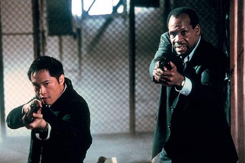 Die Polizisten Sing (Ken Leung, li.) und Tapp (Danny Glover) jagen den Serienkiller Jigsaw (Foto: Studiocanal)