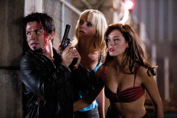 El Wray, Dakota und Cherry suchen Deckung (Foto: Universum Film)