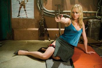 Dakota (Marley Shelton) schießt im Sitzen mit Spritzen (Foto: Universum Film)