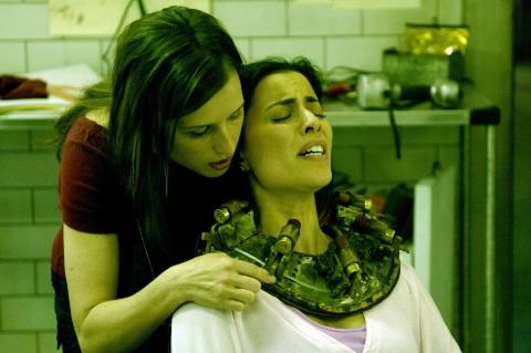 Passt, wackelt und nimmt die Luft - Amanda probiert neues Foltergerät aus (Foto: Kinowelt)