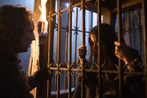 Behmen (Nicolas Cage) befragt die Hexe (Claire Foy) (Foto: Universum Film)