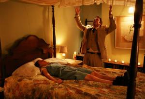 Priester Marcus versucht scheinbar alles, um Nell vom Teufel zu befreien (Foto: Studiocanal)