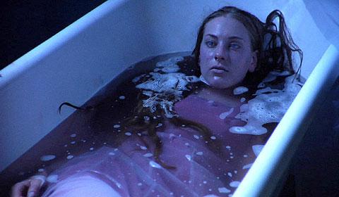 Patrick und Carol haben die untote Wendy in die Badewanne gelegt (Foto: Tiberius Film)