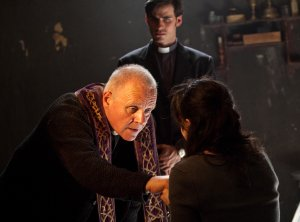 Pater Lucas Trevant (Anthony Hopkins) und Michael Kovak (Colin O'Donoghue) (Foto: Warner Bros)