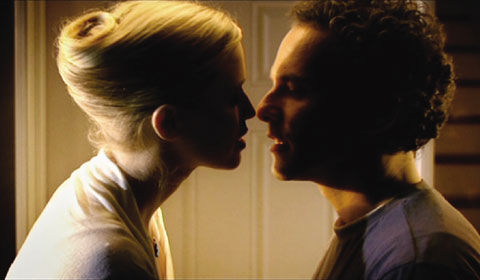 Jennifer findet Norman irgendwie süß. Obwohl er ein Trottel ist (Foto: Ascot Elite)