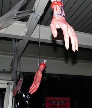 Hand drauf - bizarre Kunst in Bottrop (Foto: Horrormagazin.de)