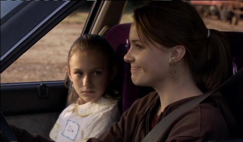 Melanie (grinsend) denkt sich nichts bei Julies starrem Blick (Foto: Epix Media)