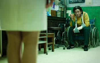Kyung-chul bittet seelenruhig eine Krankenschwester, sich auf ihre eigene Vergewaltigung vorzubereiten (Foto: Splendid Film)