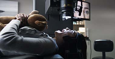 Teddy hilf! Olivias Augenlasern geht ins Auge (Foto: Warner Bros)