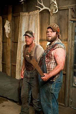 Tucker & Dale (v.l.) fühlen sich von der Jugend verfolgt (Foto: Universum Film)