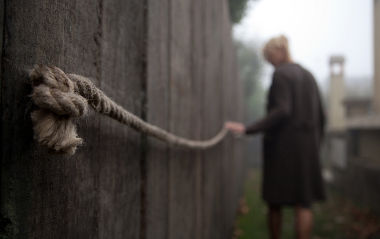 Julia zieht Leine als Orientierungshilfe (Foto: Kinowelt/Studiocanal)