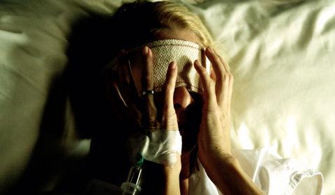 Richtig verbunden: Julia hat eine schwere Operation hinter sich (Foto: Kinowelt/Studiocanal)