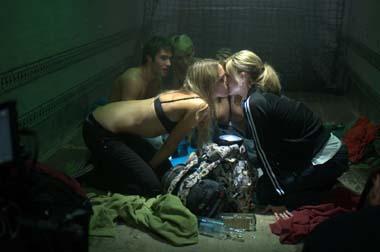 Suzy und ihre Gang laden sich auf der Ladefläche einen rein (Foto: Senator/Centralfilm)