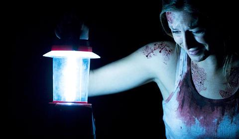 Nur mit Funzel ausgerüstet erlebt Laura die Hölle (Fotos: Studiocanal)