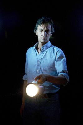 Kann Lauras Bekannter mit seiner Taschenlampe helfen? (Fotos: Studiocanal)