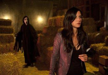 Wer steht denn da hinter Gale (Courteney Cox)? (Foto: Universal)