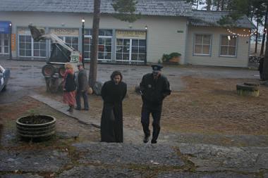 Der Dorf-Sheriff ahnt nicht, dass Ivan gar kein Priester ist (Foto: KNM Media)