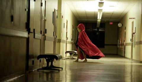 Nachts im Flur. Die Banshee mag's farbenfroh (Foto: Universum Film / Senator)