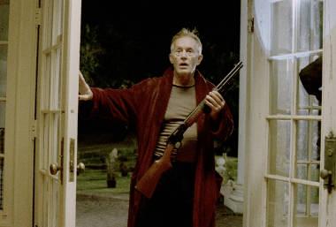Schönes Wiedersehen mit B-Film-Held Lance Henriksen und seinem Bademantel (Foto: Universum Film / Senator)