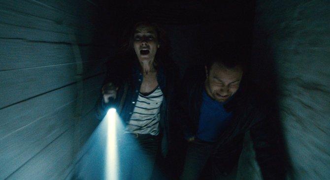 Amanda und Paul werden verfolgt (Foto: Warner Bros.)
