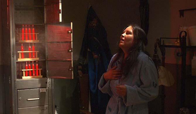 Endlich mal schön? Jacqueline greift in den Giftschrank (Foto: Infopictures)