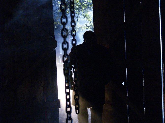 """""""Chain Man"""" - ein mysteriöser Killer (Foto: WVG Medien GmbH)"""