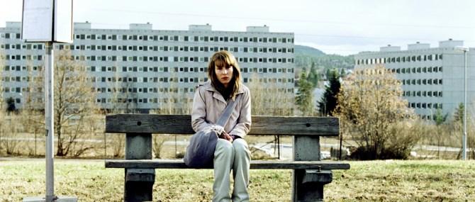 Anna (Noomi Rapace) – das neue Zuhause, ein anonymer Wohnblock (Foto: 4 1/2 / NFP marketing & distribution)