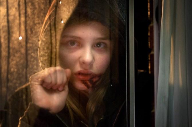 Abby am Fenster