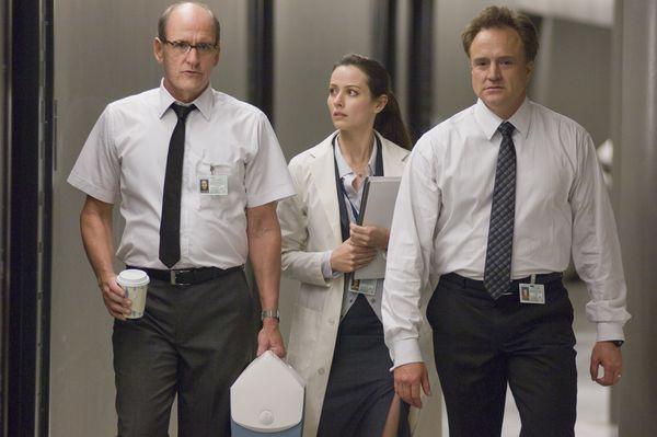 Gut gelaunt - die beiden Herren aus dem Kontrollraum mit Wissenschaftlerin Lin (Foto: Universum Film)