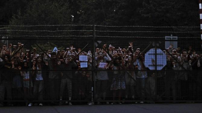 Zombies am Maschendrahtzaun (Foto: 4 Ventures Limited, Anolis Entertainment)