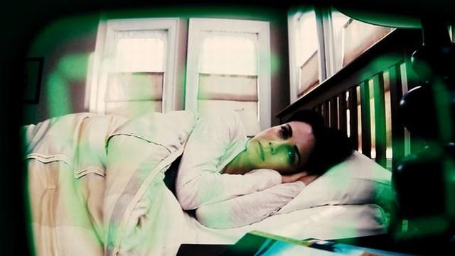 Amy (Mia Kirshner) findet Wecker irgendwie unheimlich (Foto: Universum Film)