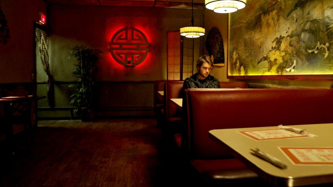 Dave wartet im Restaurant (Foto: Green River Sales/Pandastorm Pictures)