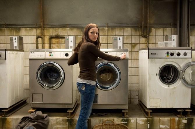Katrin und die Waschmaschinen. Doch irgendwas ist da noch. (Foto: NFP)