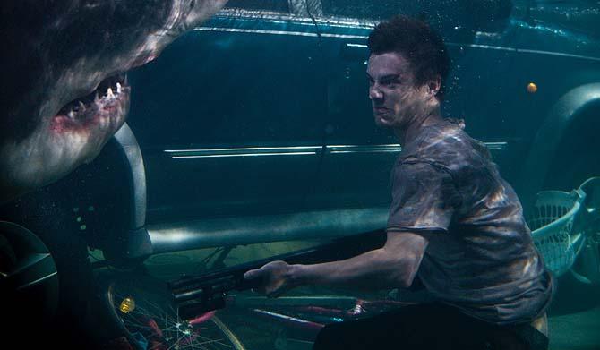 Mit der Wumme unter Wasser: Josh brät dem Hai eins über (Foto: Universum Film)