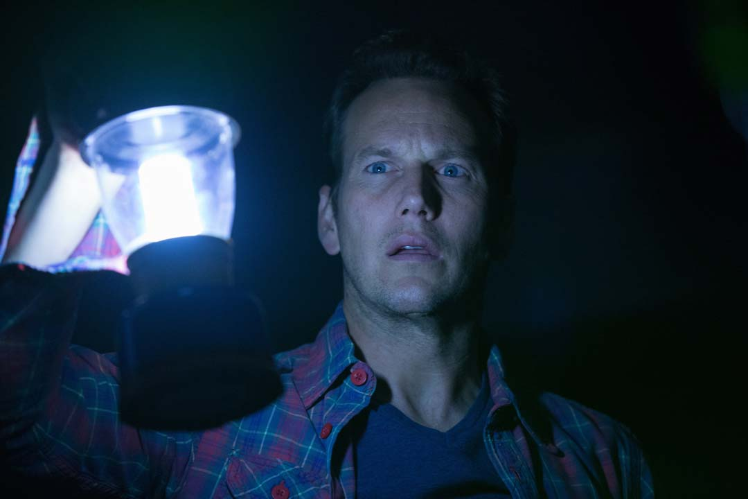 Papa Lambert will den bösen Geistern heimleuchten (Foto: Sony Pictures Home Entertainment)