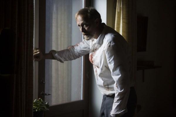 Vater Far (Lars Mikkelsen) hat gerade etwas erledigt (Foto: PROKINO Filmverleih GmbH)