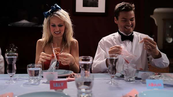Unter Freunden serviert man sich auch mal was unappetitliches (Foto: Tiberius Film)