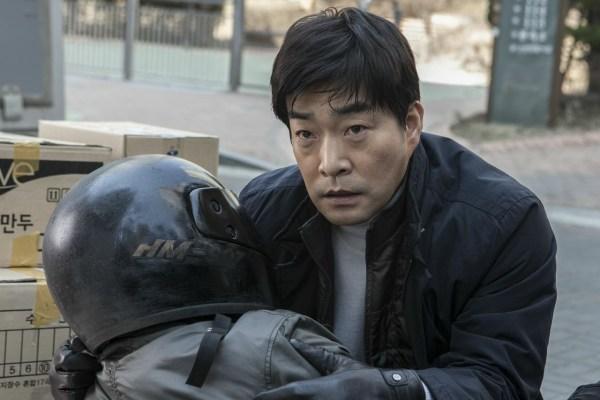 Ist er das? Sung-soo (Son Hyun-joo) ist unsicher (Foto: Edel:Motion Film)