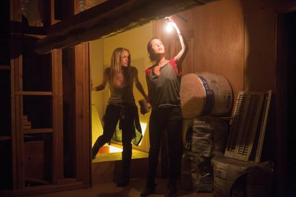 Erstmal Licht - Annie und June versuchen ihr Glück auf dem Boden (Foto: Ascot Elite)