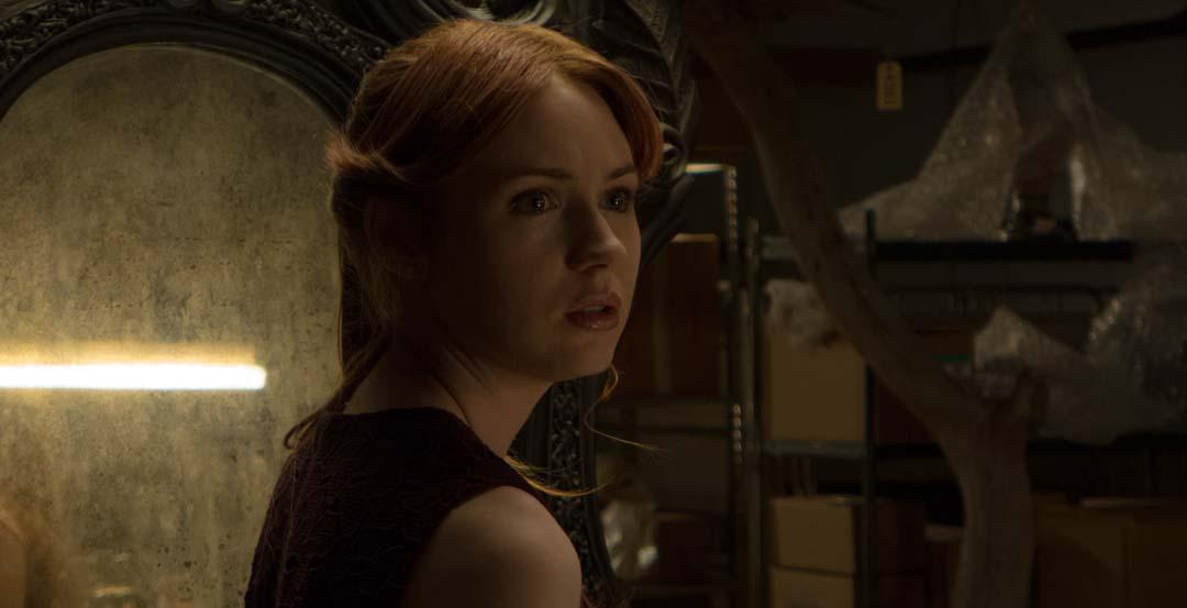 Kaylie findet sich in einem Alptraum wieder, in dem Spiegel Unheil bringen (Foto: Universum Film)