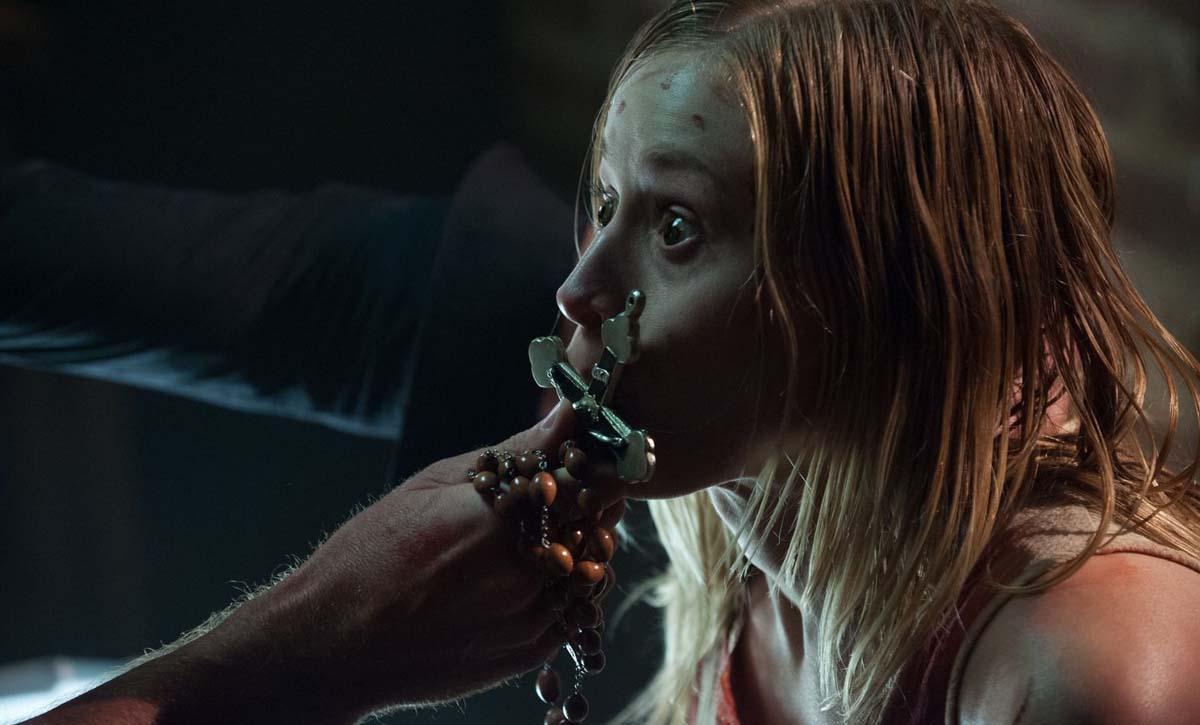 Angela hat's mit dem Kreuz (Foto: Universum Film)