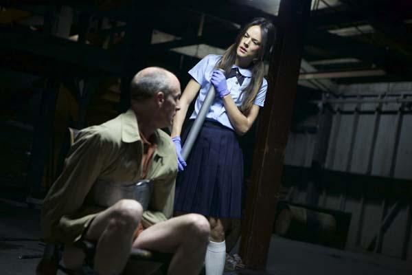 Die Schulmädchenuniform täuscht: Was folgt, ist nicht jugendfrei (Foto: Tiberius Film)